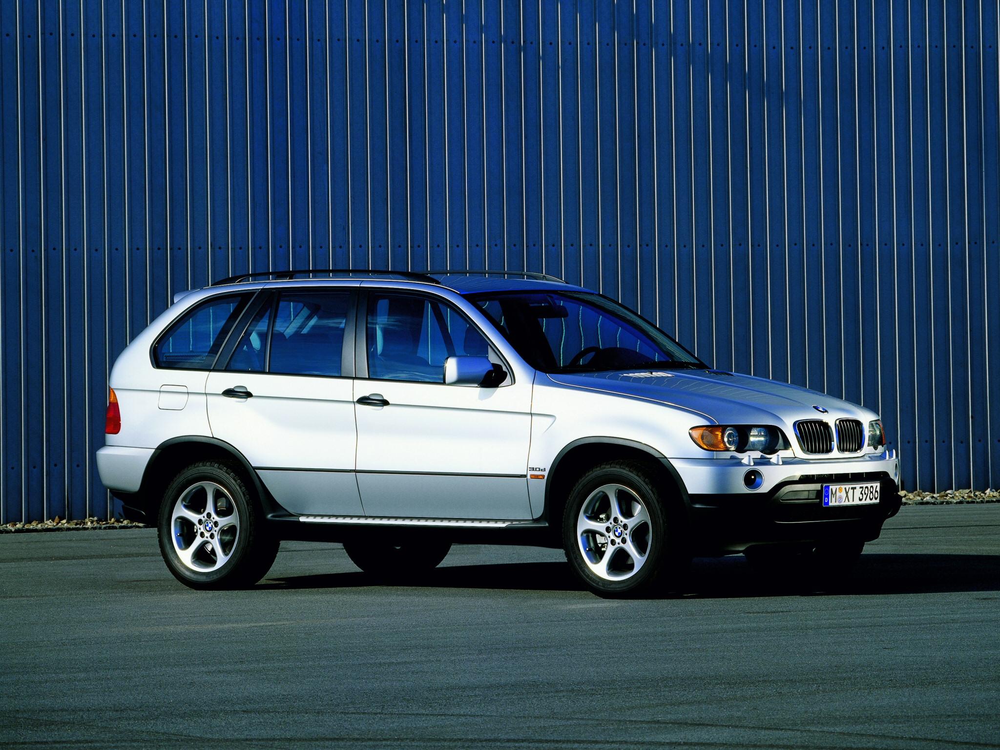 1999-ben ismeretlen vizekre eveztek az X5-tel az akkor még tojáshéjat magáról lerázó SUV piacon. Bejött.