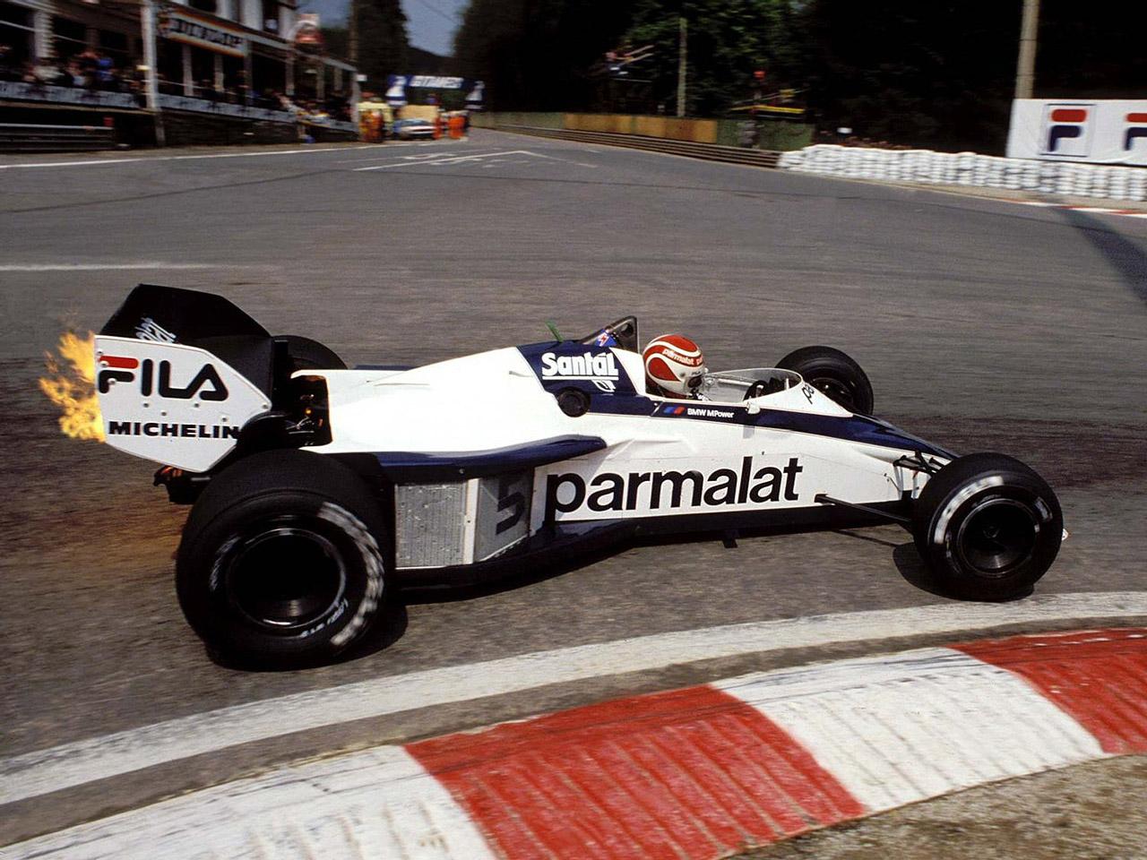 De a Motorsport program nem csak a túraautózásról szólt: a BMW először 1982 és '87 között szerepelt a Formula 1-ben. Itt épp Nelson Piquet pírít oda a turbós, BMW-motoros Brabham BT52-nek 1983-ban. Valószínűleg ekkor még nem tudta, hogy a szezon végére kétszeres világbajnok lesz és ő lesz az első, akinek ez turbómotoros autóval sikerül.