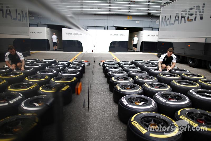 f1-italian-gp-2015-mclaren-engineer-with-pirelli-tires.jpg