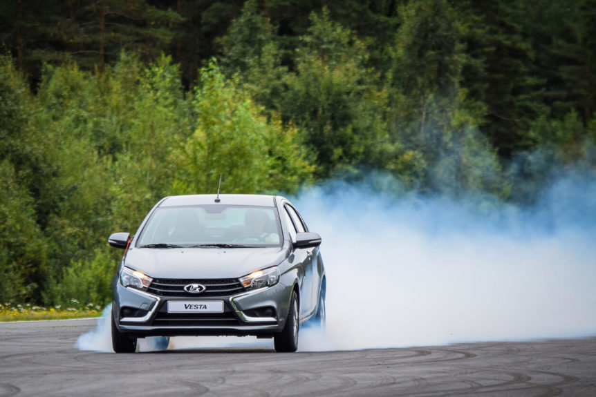 braking-with-smoke-from-the-tyres-862x575.jpg