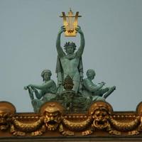 Tíz kép - Istenek az operaházak tetején