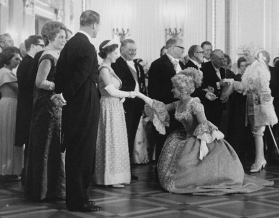 03_queen_elizabeth_ii_and_prince_philip_left_meet_the_cast_of_the_richard_strauss_opera_der_rosenkavalier_after_a_gala_performance_at_the_national_theatre_munich_24th_may_1965.jpg