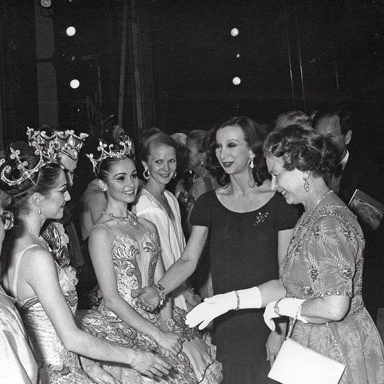05_rachel_cameron_miranda_coney_lisa_bolte_kathy_heathcote_and_maina_gielgud_with_the_queen_after_the_royal_gala_performance_of_the_sleeping_beauty_1988_photo_desmond_o_neill.jpg
