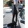 Neil  Diamond és új, négylábú barátja Malibu utcáin