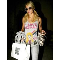 Paris Hilton jótékonykodik