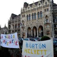 A hajléktalanság politikamentes, a mélyszegénység nem bűn