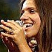 Palya Bea koncert és virrasztás a tegnapi mészárlás anyaáldozatáért