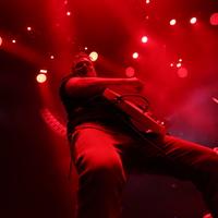 Sok volt a karácsonyi puncs: Josh Homme lerúgta a fotóst meg a gépét koncert közben
