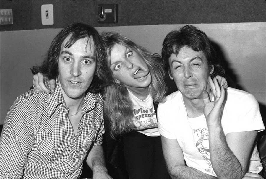 Chris-Thomas-Linda-McCartney-and-Paul-McCartney-at-Abbey-Road-Studios-1977.jpg