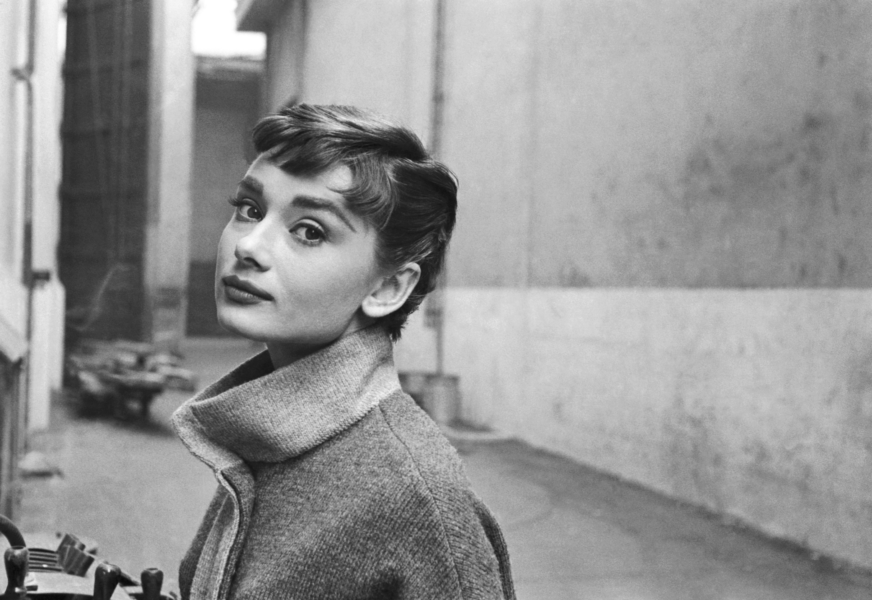 audrey-hepburn-1954-mark-shaw-mptvimages_com.jpg