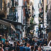 Nápolyi kötelező: a spanyol negyed és a történelmi belváros szűk utcái