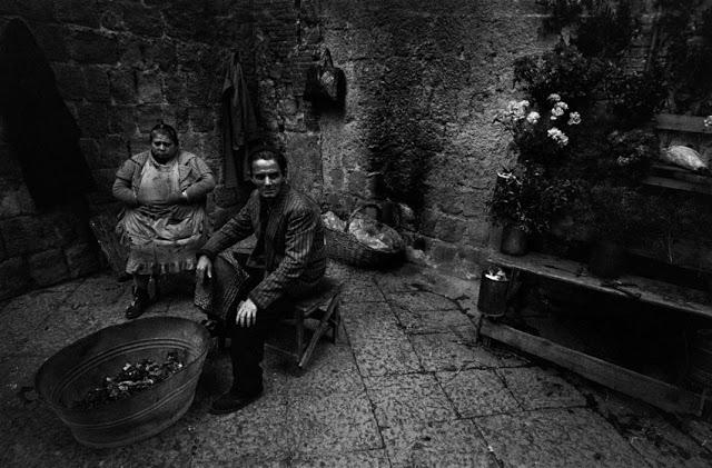 the-italians-by-bruno-barbey-27.jpg