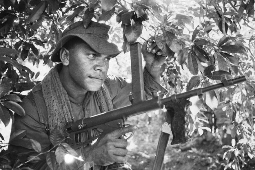 880px-6_rar_soldier_armed_with_an_owen_gun_in_south_vietnam_during_1966.jpg