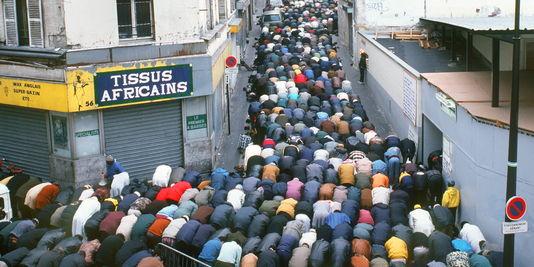 muzulmanok_imadkoznak_parizs.jpg