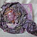 Nő ~ lilában-aranyban