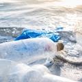 Az esővízben, az Antarktiszon és a Föld legmélyebb pontján is megtalálható – mi az?