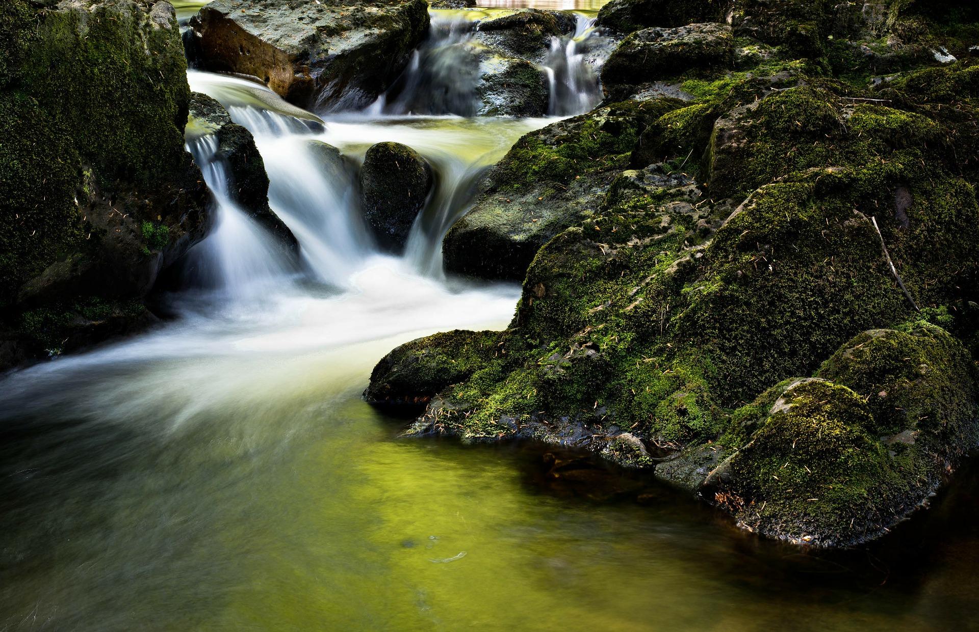 waterfall-204398_1920.jpg