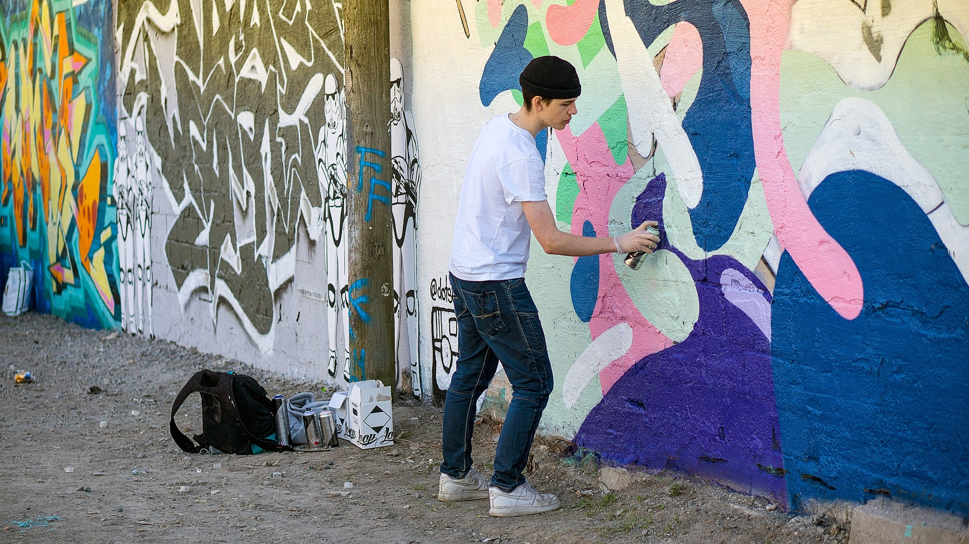 graffiti-painter-1726153_1920.jpg