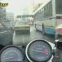Csúcsforgalomban egy görög motoros - videó