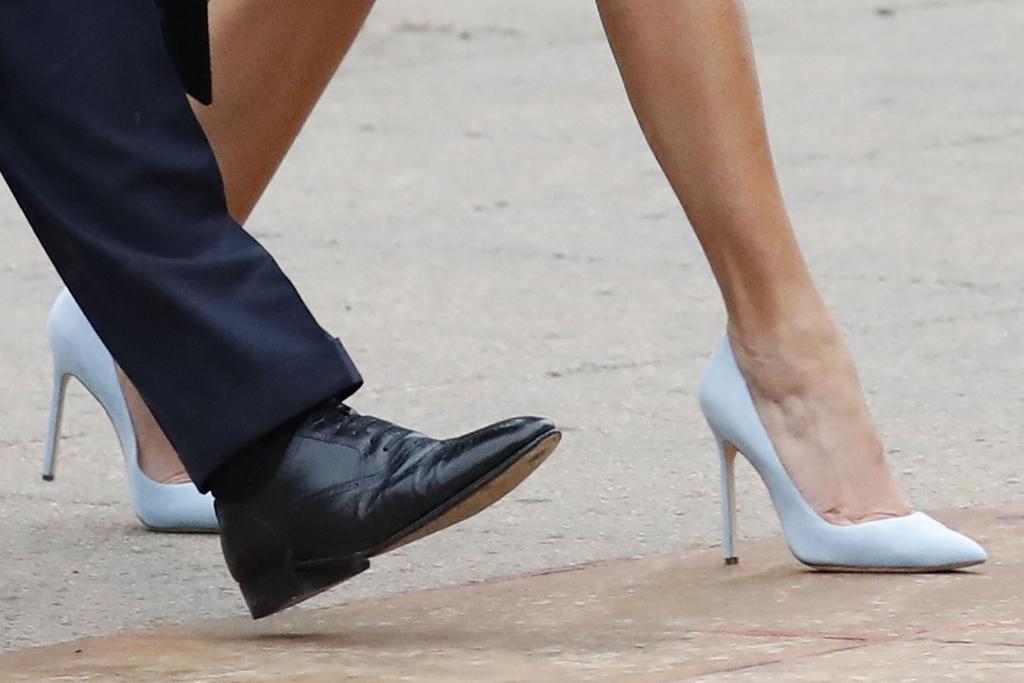 Melania and Donald Trump lába, ahogy sétálnak a Capitolium felé. Melania Ralph Lauren cipőben.