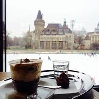 Liget Cafe, egy romantikus pillanat a jégen