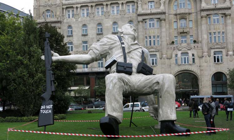 Közutálat tárgya lett a gigantikus Capa-szobor