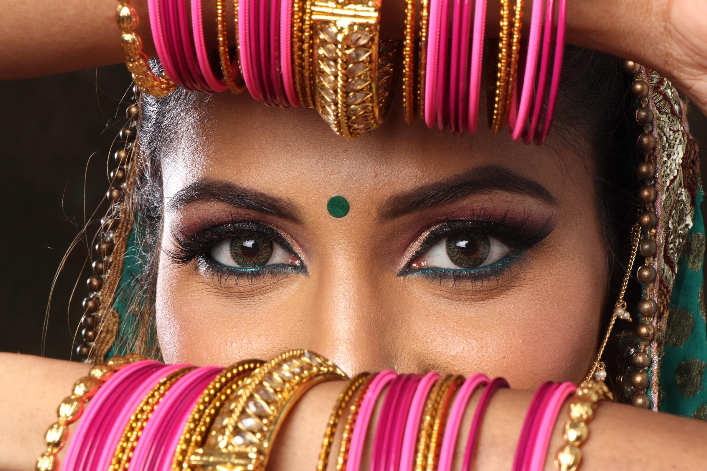 bracelets-eyes-girl-999521.jpg
