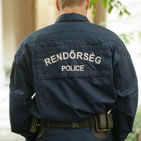 Rugdosódó rendőrök