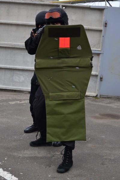 Ez már egy kisebb költségvetéssel rendelkező alakulat egyéni megoldása. Némi átalakítással két darab BZT-75-öst raktak össze, és így kaptak egy nagyobb méretű pajzsot.