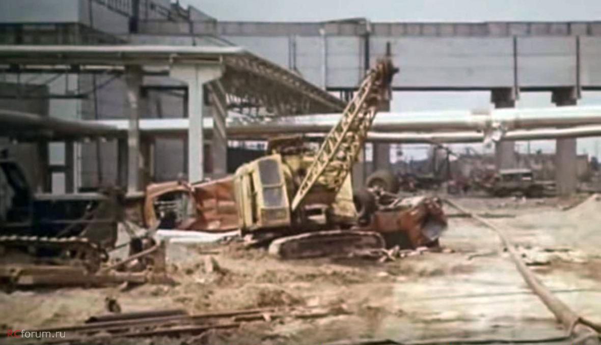 Az előző képen látható B pozició egy kicsit közelebről fotózva. A képen két oldalára illetve a tetejére borult Zil-130-as gépjárműfecskendő is látható. Nagy valószínűséggel a csernobili és a pripyati tűzoltók járművei.