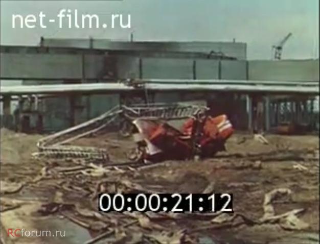 Szintén nem tisztázott miért, de több nappal a baleset után a pripyati tűzoltók magasbólmentő járművét elrángatták a műhely mellől. A sérüléseit látva olyan feltételezést is olvastam, miszerint rádőlt valami vagy az oltásban résztvevő helikopterek egyike dobta le rá tévedésből a rakományát.