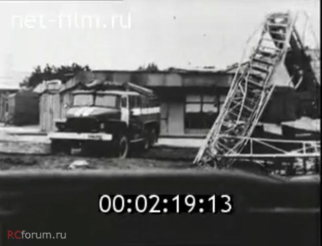 Kibenok hadnagy Ural-375-ös járműve a baleset után, immáron odébb vontatva az eredeti helyétől. A beszámolók szerint egyébként a hajnal folyamán több alkalommal is pozíciót változtatott, ezt támasztja alá az is, hogy az előző képeken sem látható közösen a magasból mentővel.