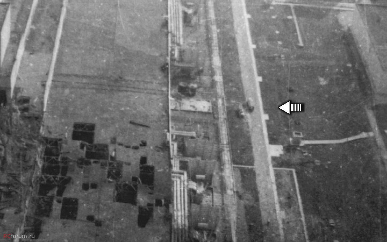 A baleset napján egy Mi-8-as helikopterből készítették ezt a fotót. Itt még a gépjárműfecskendők egymással párhuzamosan állnak.