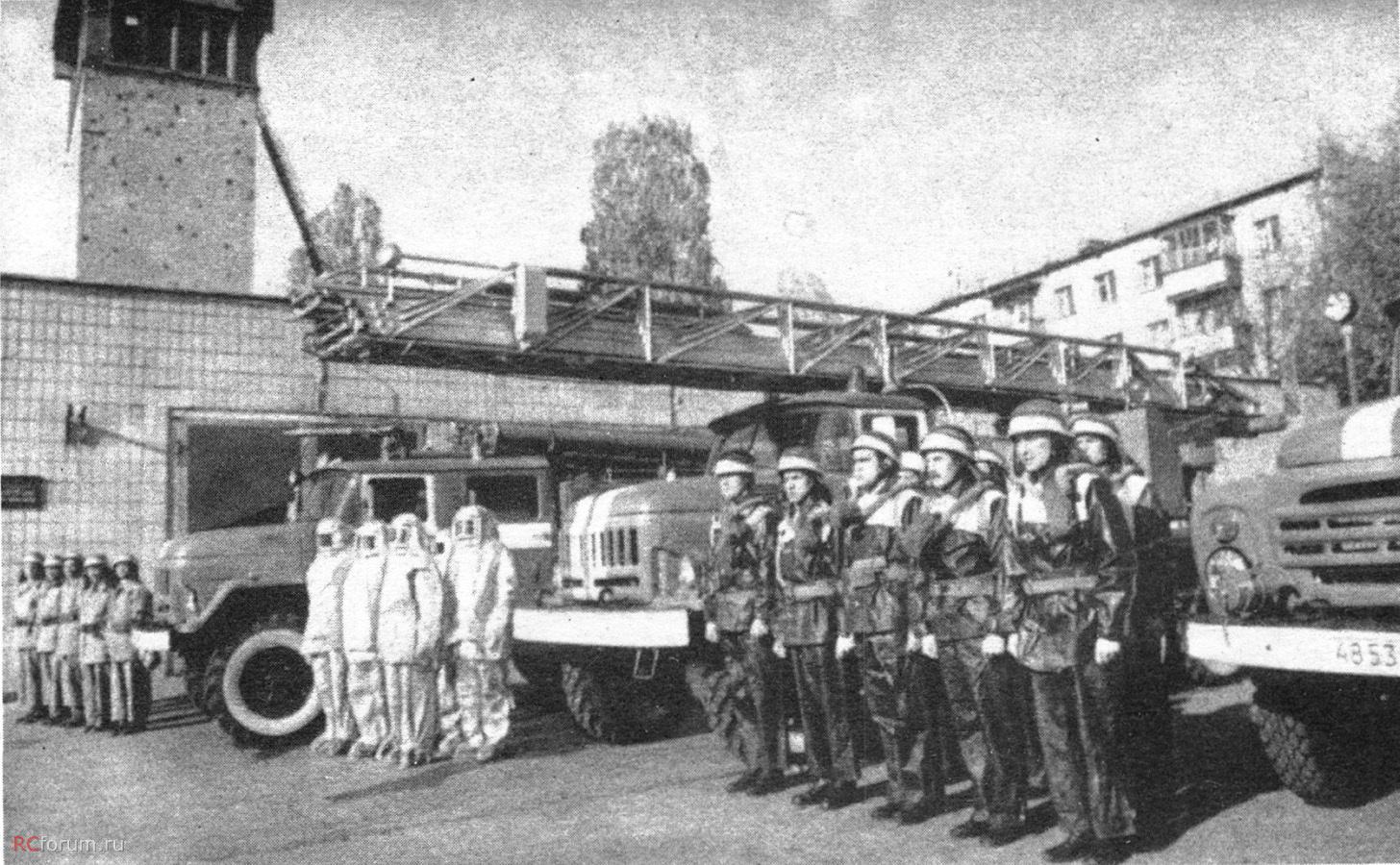 Ez nem a pripyati őrs, de jól látható a kétféle bevetési ruházat és az azbeszt anyagból készült hőálló ruházat is.