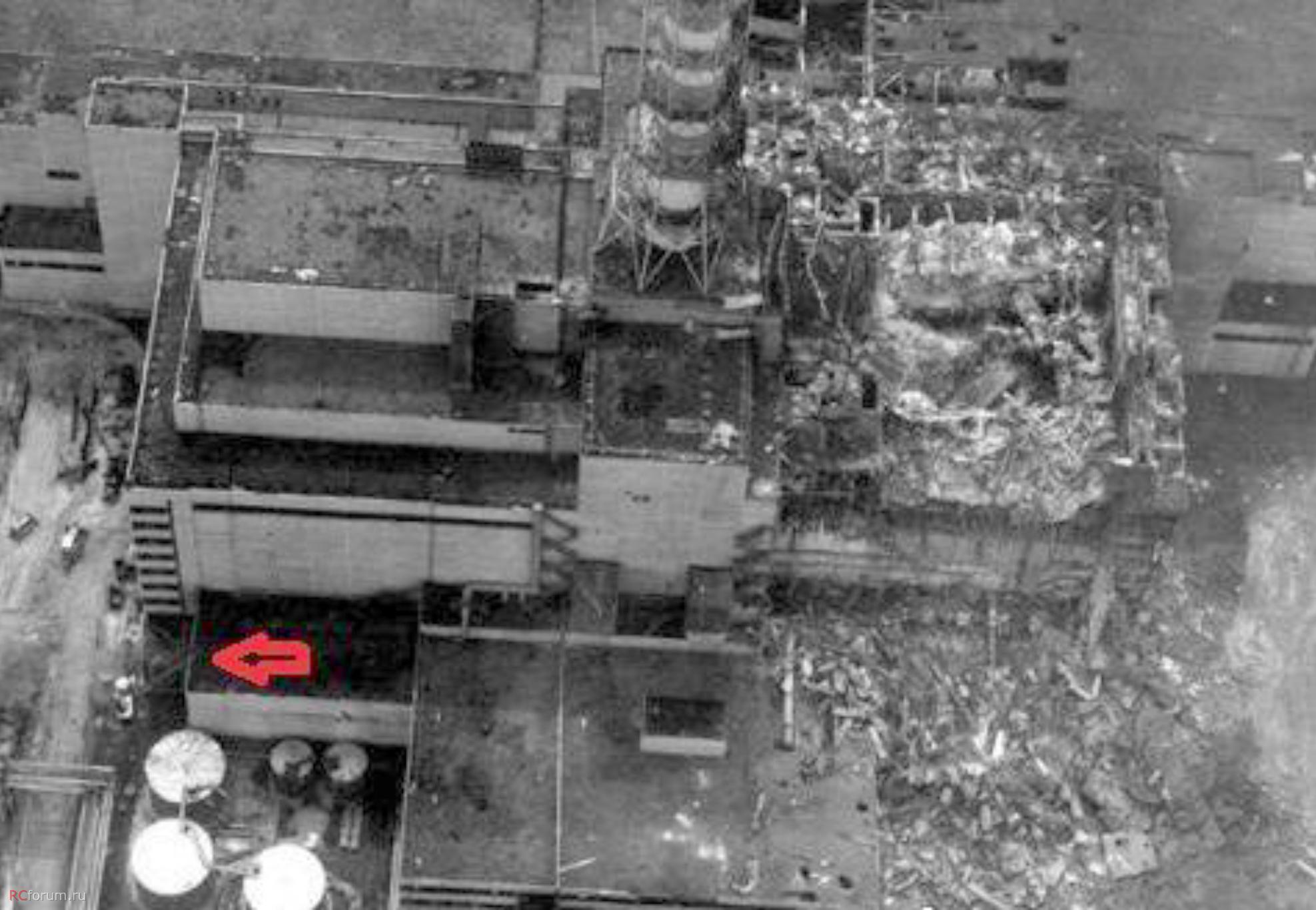 Ezen a helikopterről készített fotón a pripyati tűzoltók tolólétrás járműve még mindig a reaktorcsarnok melletti épület tetejére van kitolva.