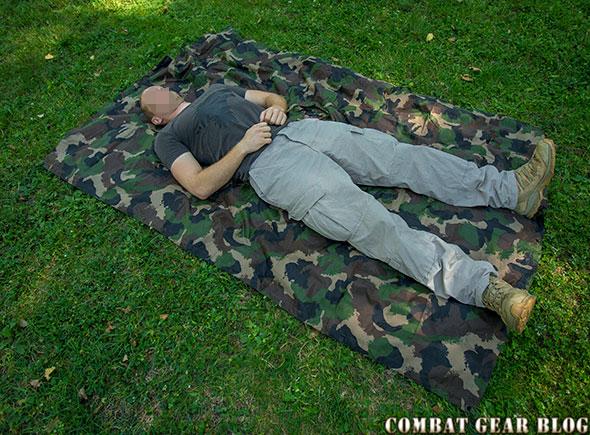 6279aa0c2e86 Kis kompromisszummal, akár egy két méteres ember is elfér alatta. Persze  elég kényelmetlen ha a fejünk vagy a lábunk ázik alvás közben, ...