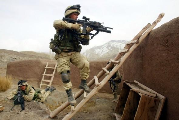 4fc3da0b30ef Kizárólag az átlagos harcosokra fogunk koncentrálni, a különleges műveleti  egységek felszerelése most nem kerül terítékre. Az első fejezet 2001-től  2003-ig ...