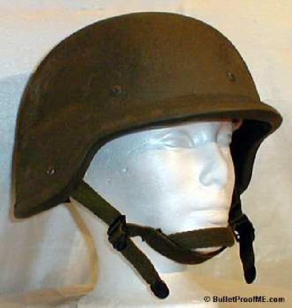 """84fefc97f6a2 A katonák fejét a PASGT kevlár sisak védte. A """"k-pot"""" majd két kilót nyom  és a két pontos állszíja nem teszi a legstabilabb sisakká."""
