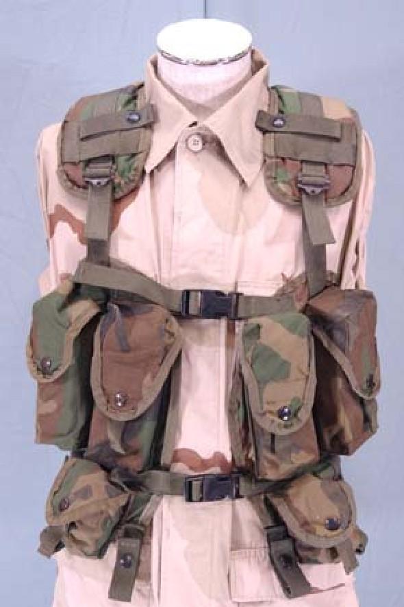 b87dc9944e5e A leggyakoribb málhamellény a korábban rendszeresített LBV (Load Bearing  Vest) volt. Ami kényelmessé teszi, az a vastagon párnázott, széles  vállpántok.