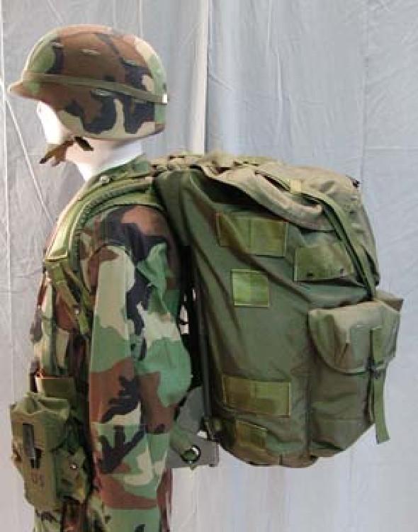 c22c1d877228 Ez egy elég nagy, csővázas hátizsák, ami még nylonból készült és az 1980-as  években rendszeresítették. Ami sokmindent elmond a táskáról, hogy  napjainkban ...