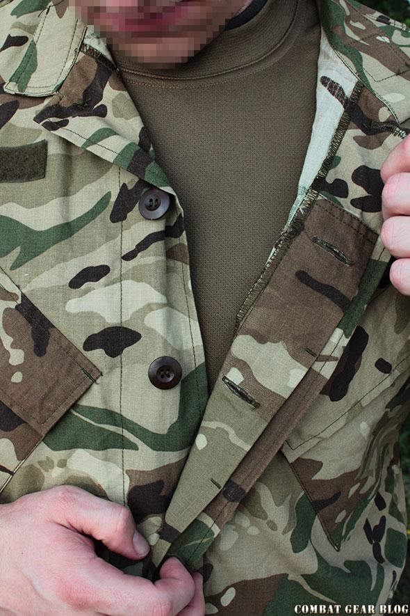 """cd457362e2 A zubbony rejtett gombolású, viszont sajnos a barna bakelit gombokat  használták. A 2004-2003-as sivatagi ruházatnál már a vastagabb """"BDU""""  gombokat ..."""