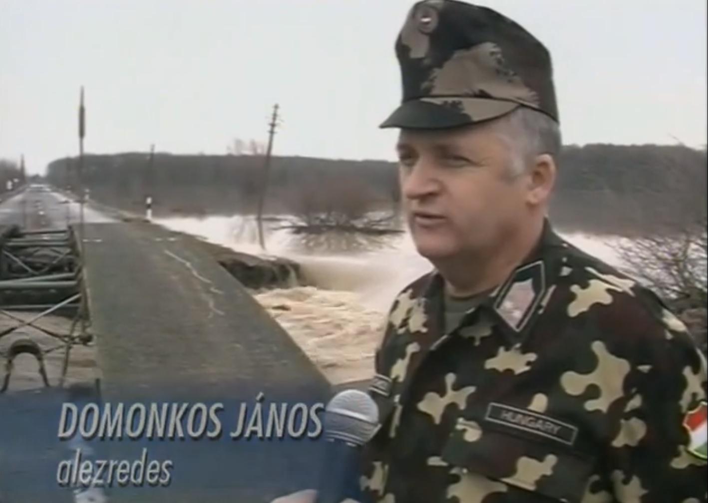ritka MH egyenruha 2001 árvíz.jpg