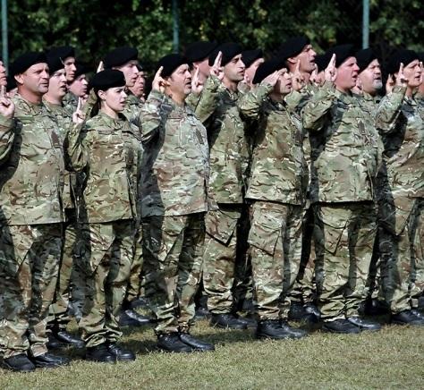 328d5feb52 Az augusztusban megjelent honvédségi kiadásokban már látható volt a 10 000  váltás brit katonai gyakorló ruházat. Ez a héten vált valósággá, ...