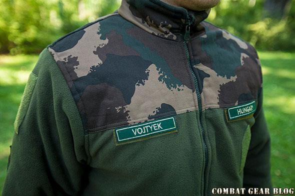 1cc98e9f533f A pulóver váll és nyak része terepszínű koptató réteget kapott, ami megóvja  a ruha anyagát, ha védőmellénnyel vagy málhamellénnyel viseljük.
