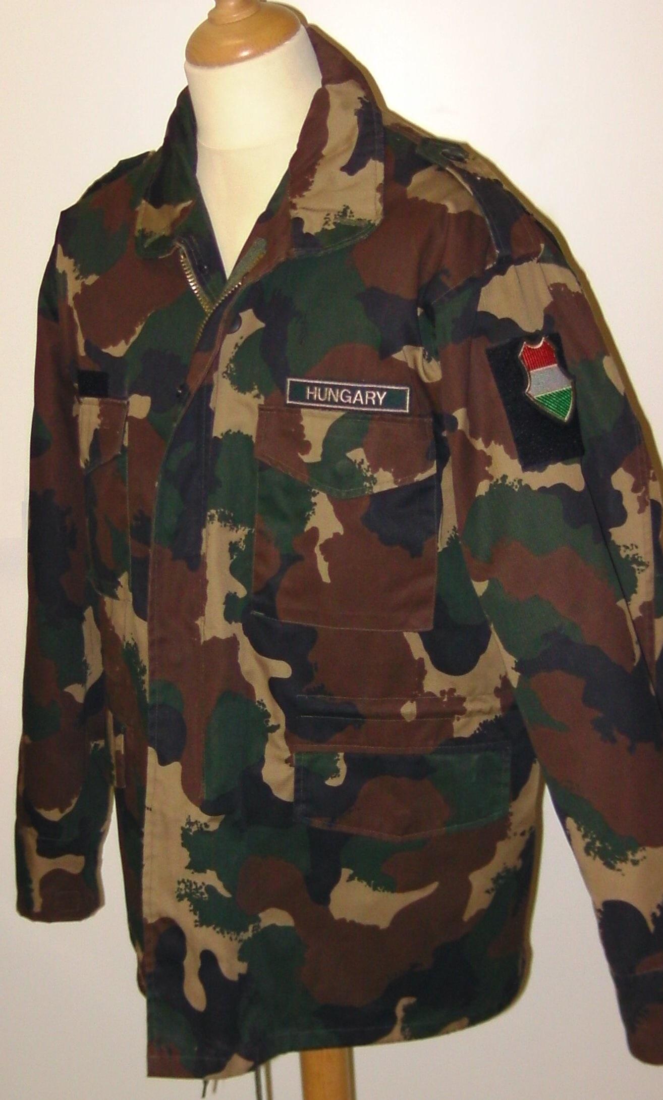 """76f9f1c28610 A magyar textilipar és ruhafeldolgozás hanyatlása utáni korszakból: kínai  gyártású négyszínnyomású """"ranger"""" mellény és """"M65-ös"""" kabát. Az anyag sem  eredeti, ..."""