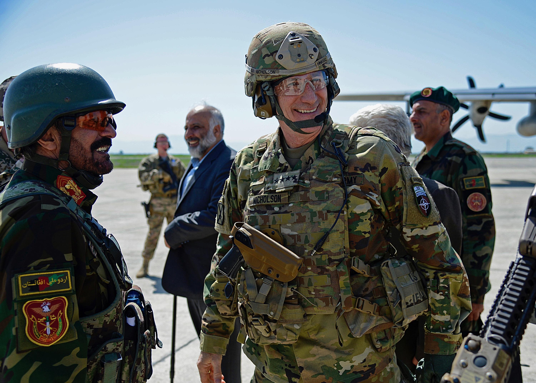 Egy afganisztáni tábornoki látogatásnak köszönhetően láthatóvá vált az új  amerikai egyenruha 038a23786e