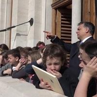 Kisgyerekekkel vette körbe magát Orbán a Tények propagandaanyagában