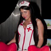 VV Zsófi az Erotika expón domborított nővérkének vetkőzve
