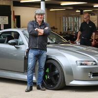 Az AC/DC énekese megint szuperjó kocsikat mutat be