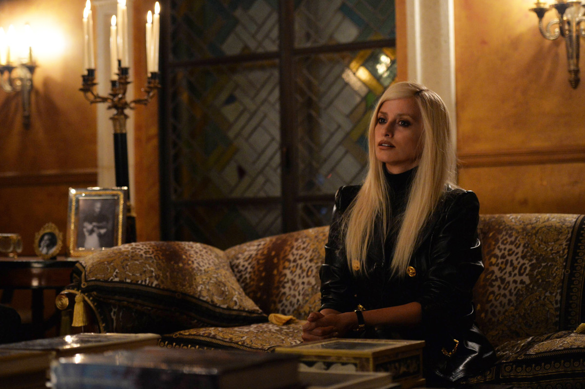 the-assassination-of-gianni-versace-american-crime-story-donatella-penelope-cruz-black-leather-jacket.jpg